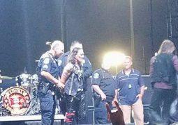 Ratt: vocalista Stephen Pearcy apronta uma pegadinha e finge ser preso em pleno palco