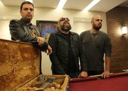 Seu Roque: rock inglês e críticas em português fazem o novo disco do power trio